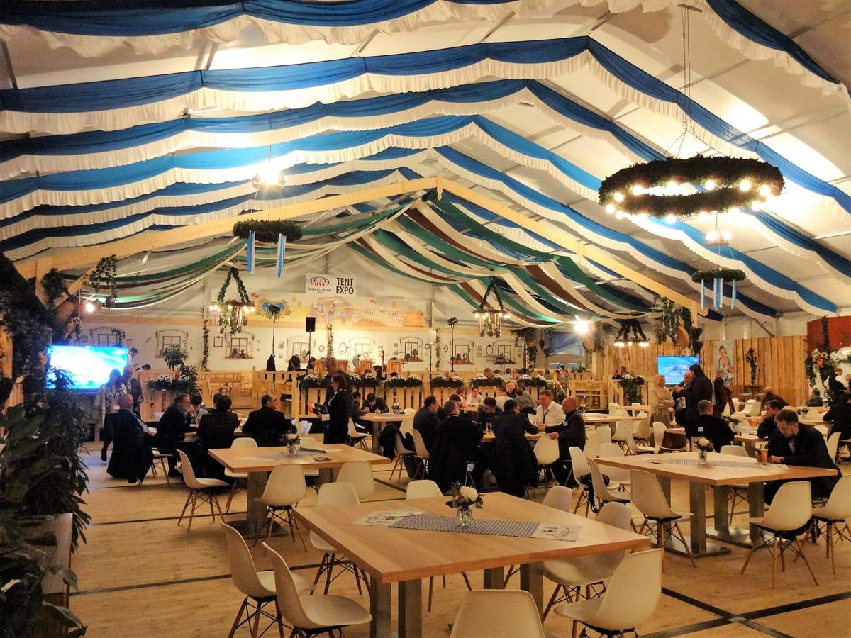 Imagen interior de una carpa RÖDER HTS GZ para una feria comercial