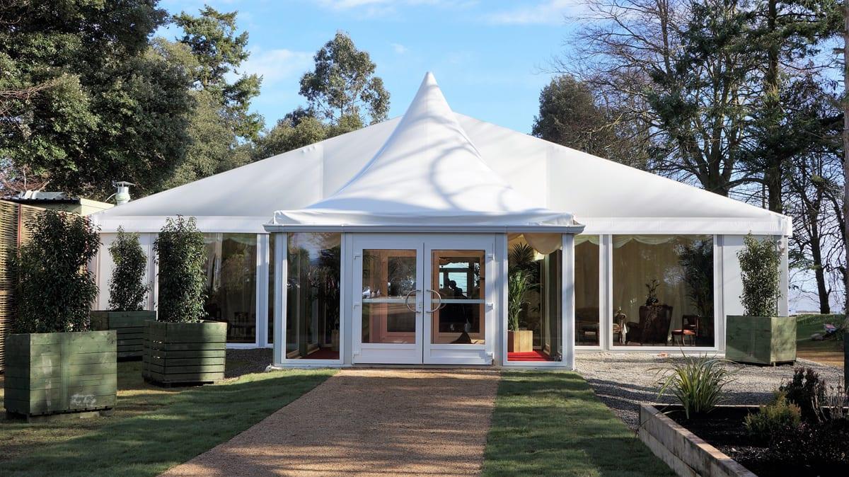 Imagen exterior de una carpa para eventos RÖDER HTS GZ utilizada para una boda