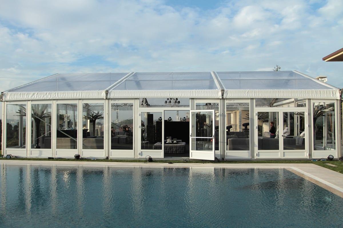 Carpa premium para eventos RÖDER HTS GZ emplazada al lado de una piscina