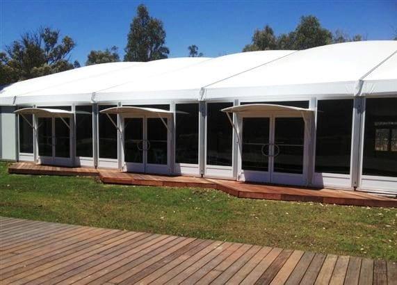 Lateral de una carpa para eventos con paneles acristalados